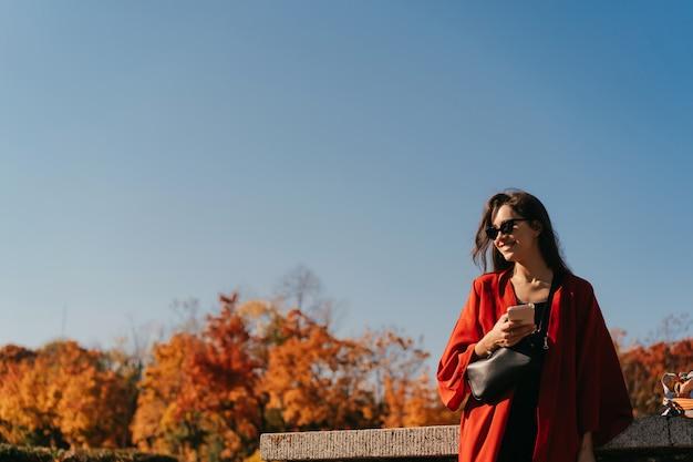 秋の公園で美しい女性のファッションの肖像画