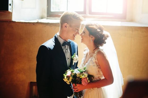 お互いを見て新婚夫婦