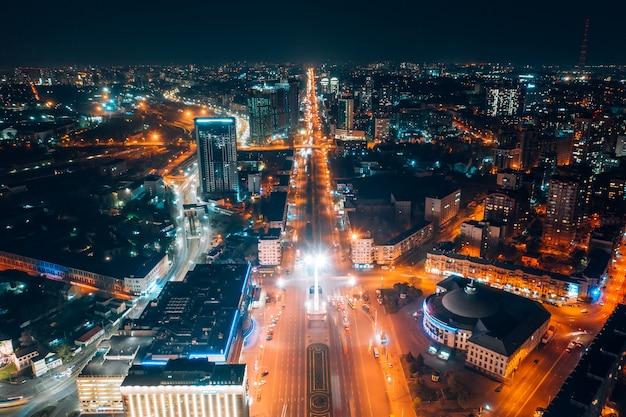 夜の大都市のパノラマビュー