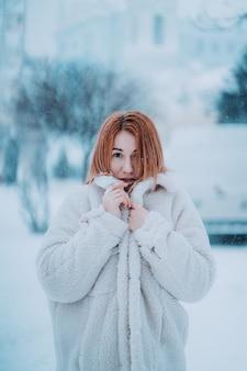 最初の雪の外の肖像女性モデル