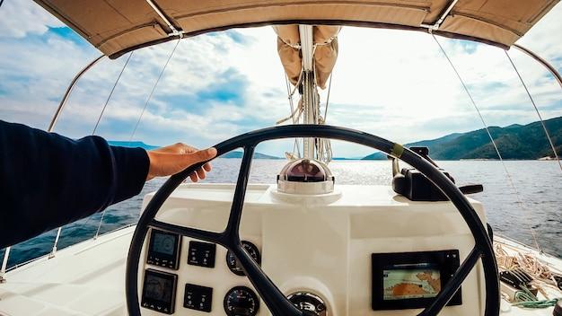 Панель управления кораблем с рулевым колесом на капитанском мостике