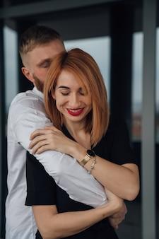 幸せなカップルがカメラにポーズします。ビューを閉じる