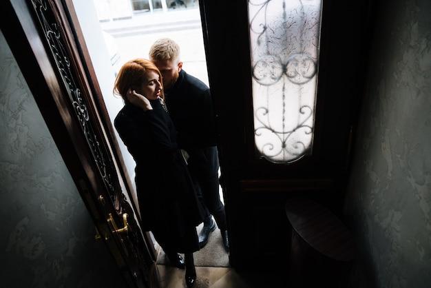 Красивая пара позирует в дверях позирует