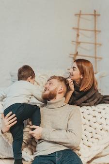 ママ、パパと幼い息子が一緒に時間を過ごす