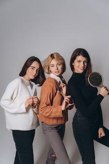 Три красивые молодые девушки позируют на камеру