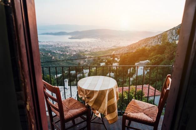都市景観の背景に木製のテーブル