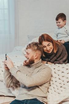Мама, папа и маленький сын проводят время вместе