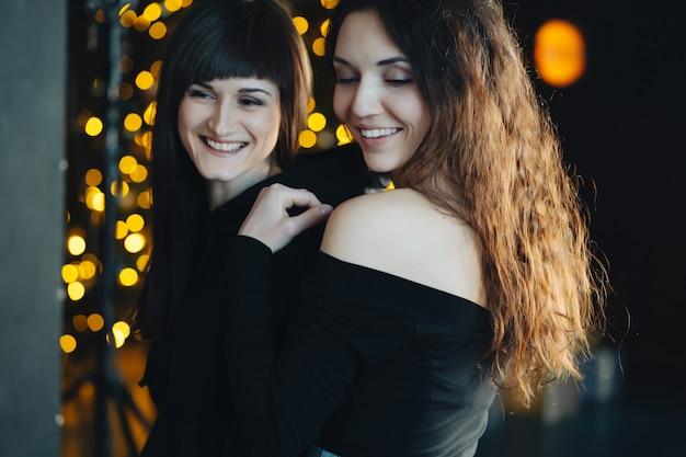 Две девушки в нежных объятиях друг друга
