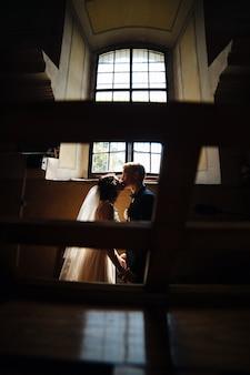 暗闇の中でキス新婚夫婦
