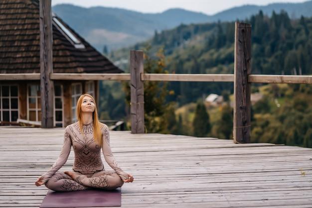 朝の新鮮な空気で蓮華座に座っている女性。