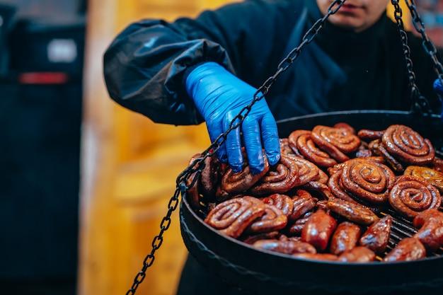 Гриль с вкусными спиральными колбасками