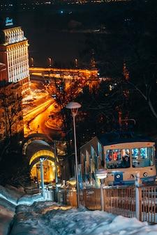 夜のキエフのケーブルカー