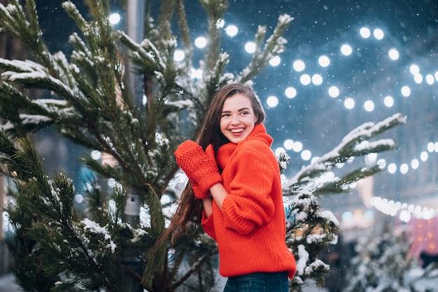 若い女性が路上でクリスマスツリーに近いポーズ