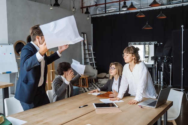 Деловые люди, имеющие обсуждение, спор или несогласие на встрече или переговорах