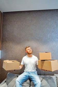 ハンサムな男はいくつかのボックスを準備しています