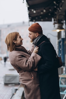通りを歩いて大人の愛情のあるカップル