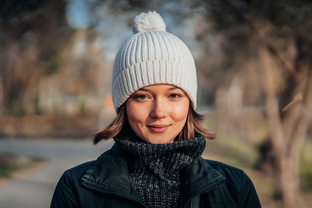 公園で白い帽子のかわいい女