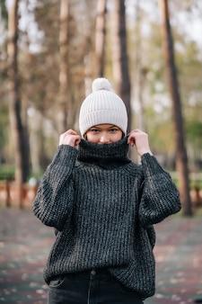 公園で若い女性