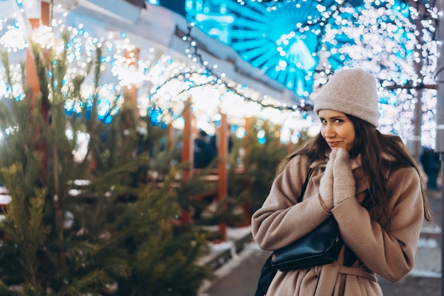 木と市場の上を歩く若い女性