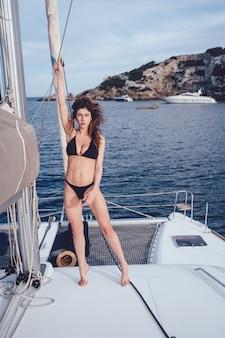 ヨットでポーズ美しい若い女性