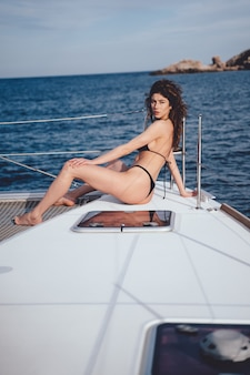 Красивая молодая женщина позирует на яхте