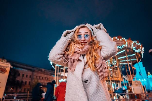 夜の通りの若い女性