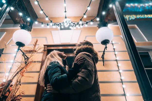 Открытый крупным планом портрет молодой красивой пары позирует на улице