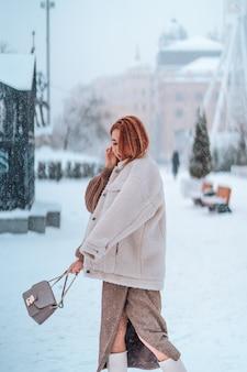 Женщина на улице в холодный зимний день