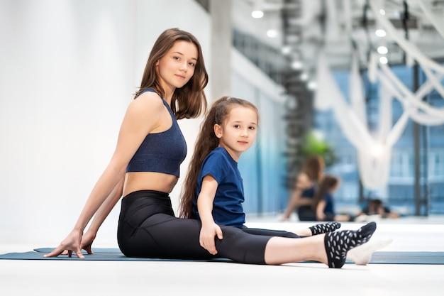 ママと娘は運動前にストレッチをします