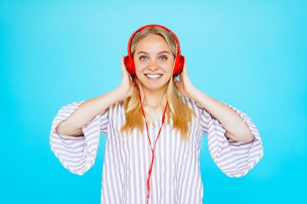 Танцующая женщина слушает музыку в наушниках