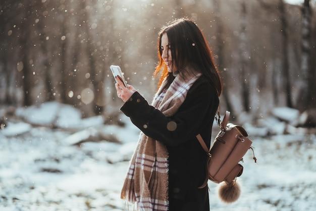 携帯電話で話している女性