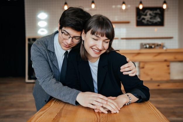 Молодая пара позирует в помещении