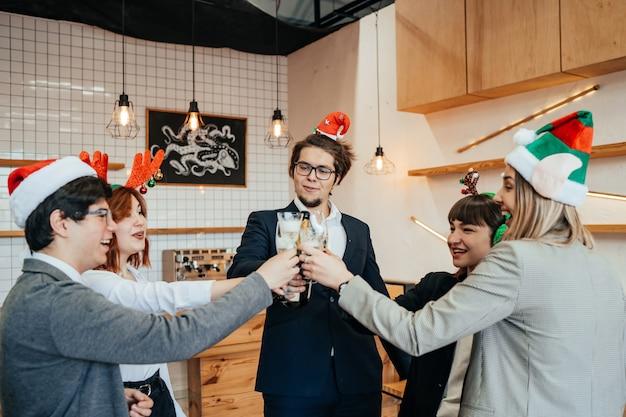 Счастливые коллеги в офисе празднуют специальное событие