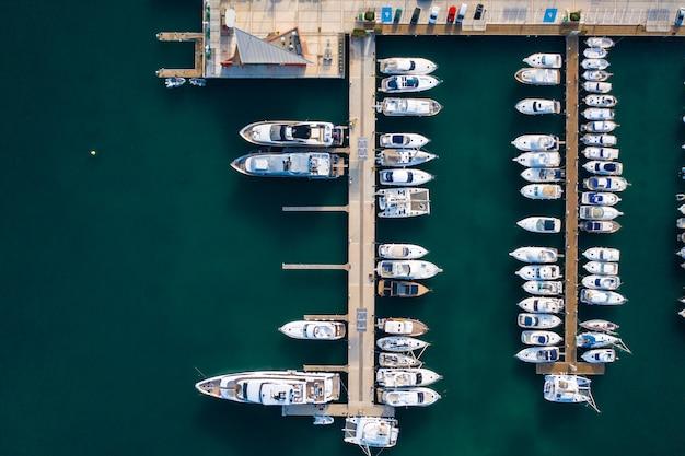 多くのボートが付いている港のトップビュー