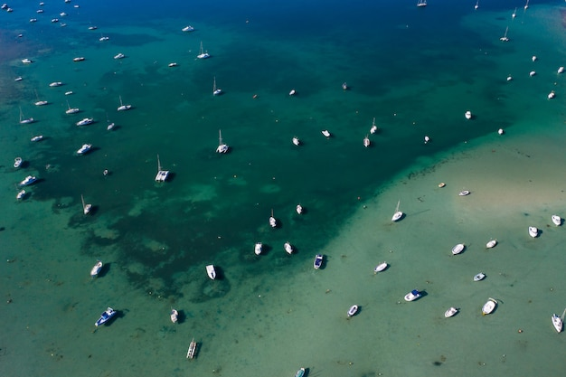 フォルメンテーラ島の美しいターコイズブルーの湾