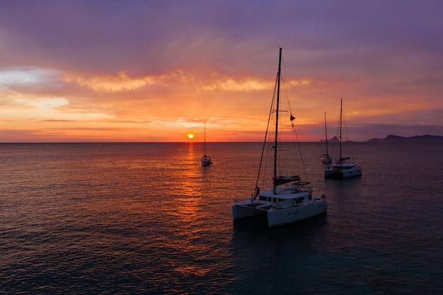 Доставка лодок в море на закате