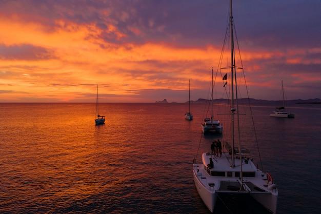 夕暮れ時の海で出荷するボート