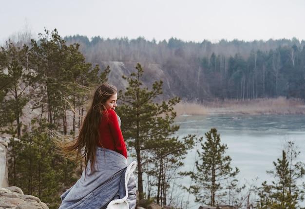 Молодая красивая девушка позирует на озере