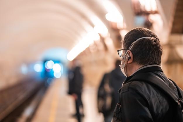 人々はキエフの地下鉄の駅で待っています。