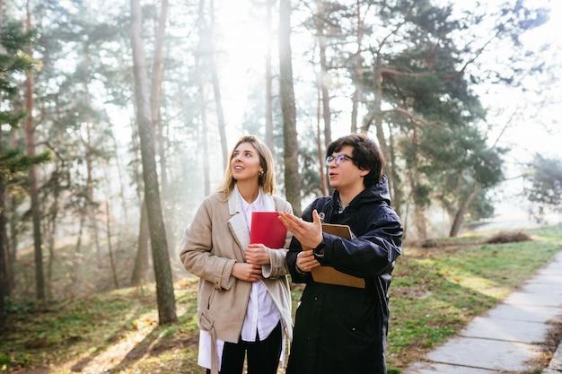 Ученые изучают виды растений и осматривают деревья в лесу