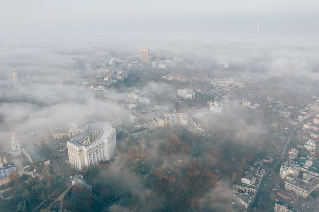 Вид с воздуха на город в тумане