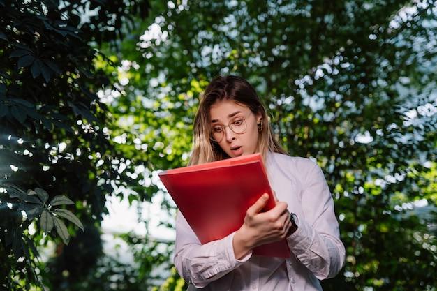 温室で働く若い女性農業エンジニア。