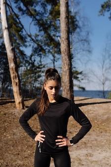 Фитнес молодая женщина гуляет в парке и позирует