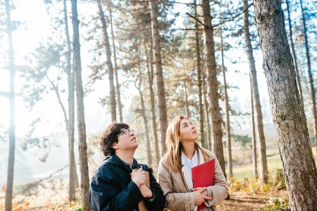科学者たちは森の植物種を研究しています。科学者生態学者は木を検査します