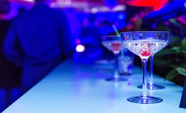 Алкоголь в баре ночью ...
