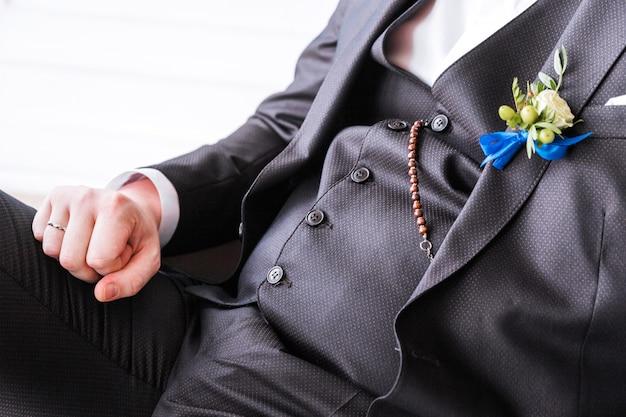 新郎のスーツにブートニア。新郎のポーズ