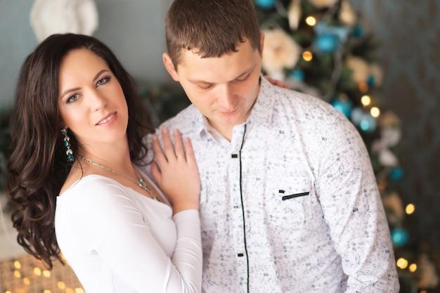 ハグする成熟したカップルのクローズアップ