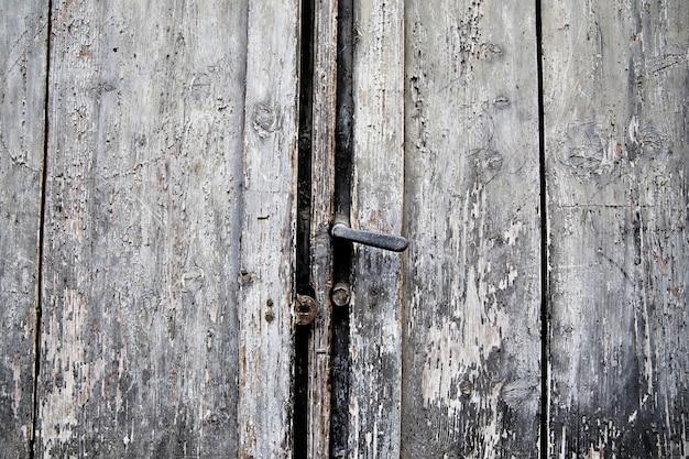 古いドアさびたハンドルと鍵穴、イタリア