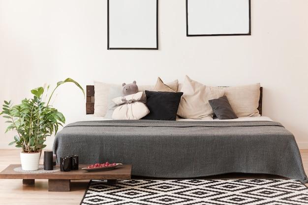 スカンジナビア風のベッドルーム、ダブルベッド