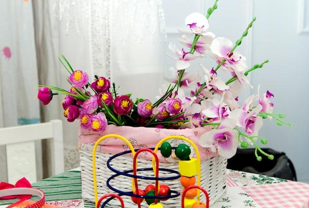 子供部屋のテーブルの上の花